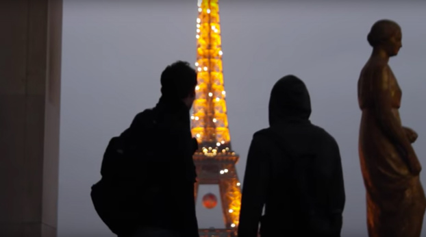 De infarto: Dos rusos escalan la torre Eiffel sin ningún tipo de protección