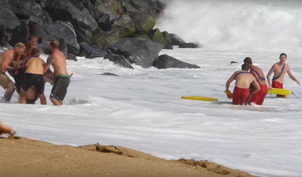 Unos socorristas rescatan a una pareja sin experiencia que alquiló una moto de agua y decidió montar la ola The Wedge