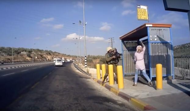 Soldados israelíes disparan a una mujer palestina que intentó apuñalarlos
