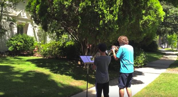 Dos músicos tocan el tema principal de Star Wars frente a la casa de John Williams y éste sale a conocerlos