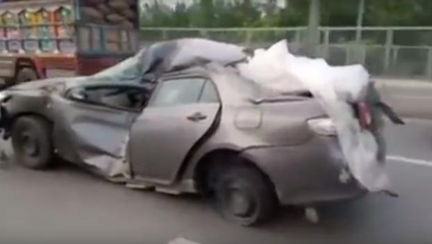 El Toyota indestructible: Sufre un accidente de tráfico y sigue circulando tal cual