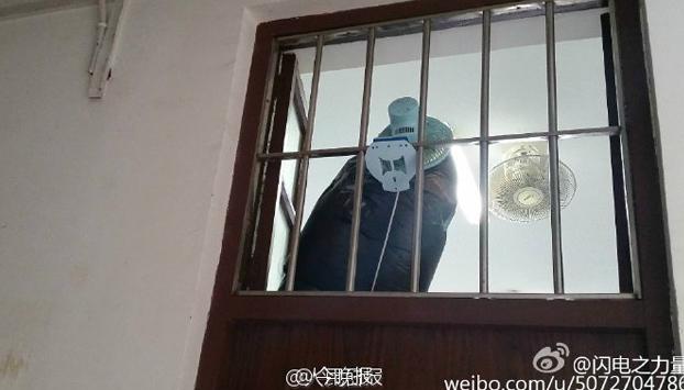 universitario-chino-sistema-bombear-aire-fresco-habitacion-fumadores-5