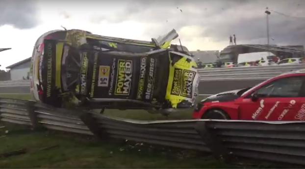 Accidente en plena salida de carrera donde tiran abajo la torre de cámara de televisión