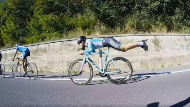 Like a boss: Ciclista rezagado adelanta al grupo a lo 'Superman'