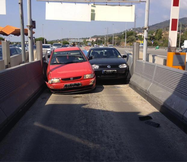 Dos coches se empotran al intentar entrar más rápido que el otro en un peaje