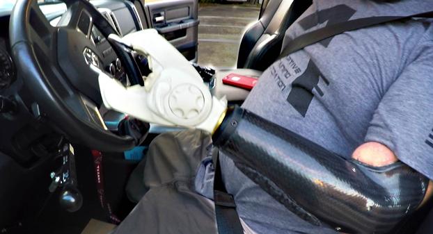 Así es como se conduce un coche cuando sólo tienes un brazo y te faltan las dos piernas