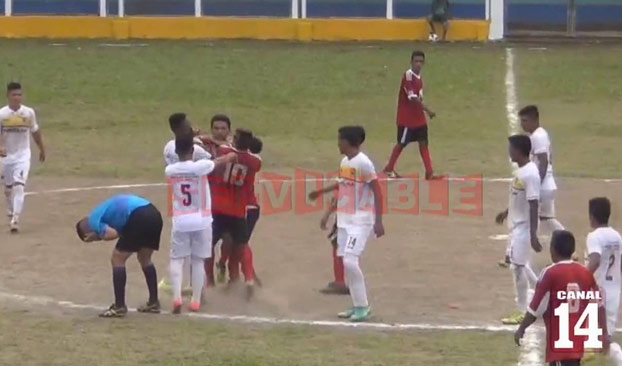Salvaje agresión: Un jugador guatemalteco noquea al árbitro de un cabezazo y varios puñetazos (Vídeo)