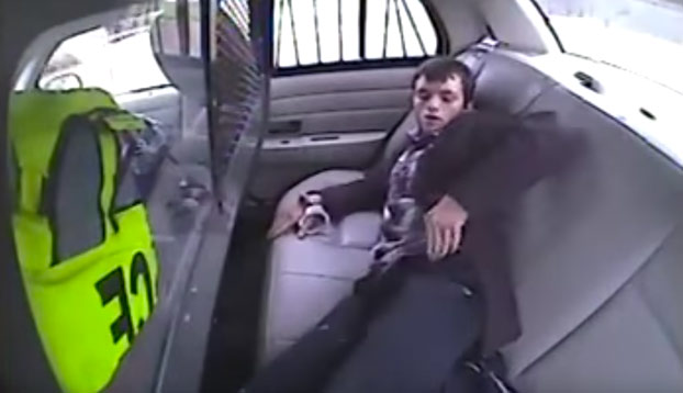 Este detenido escapa de la parte trasera del coche de policía pero no como tenía pensado