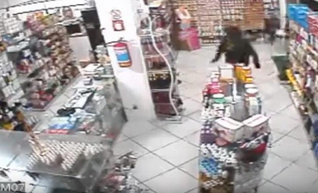 Entra a robar en una tienda y en su primer paso ya era hombre muerto