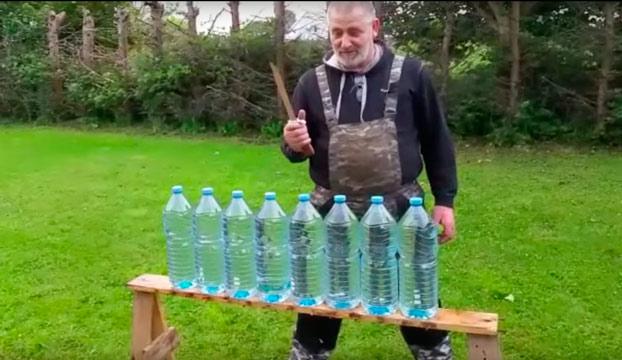 Este hombre checheno tiene un cuchillo que corta de manera increíble