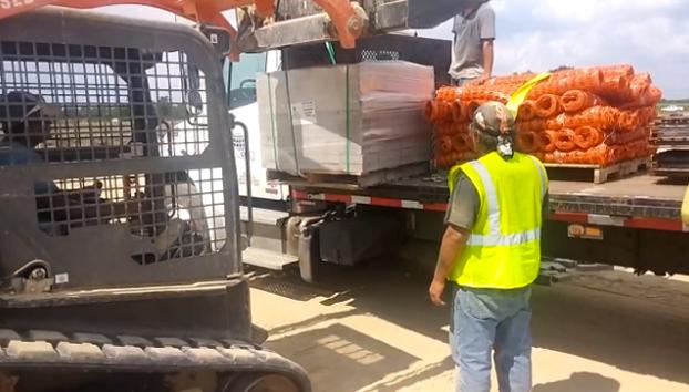 Intentan descargar 600 ladrillos de un camión con una excavadora
