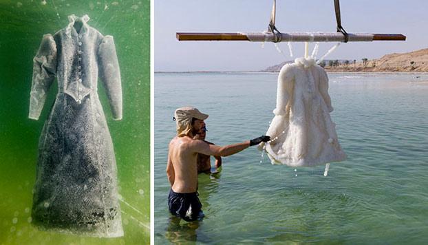 Dejó sumergido un vestido en el mar Muerto durante dos años y este se convirtió en brillantes cristales de sal