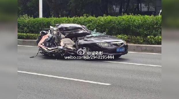 Va circulando tranquilamente por la carretera cuando le cae un coche encima