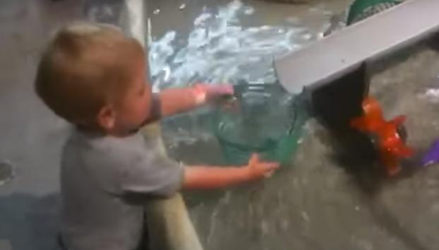 Este niño no termina de pillar por qué su recipiente no se llena