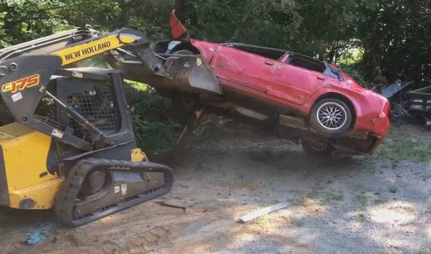 Un padre furioso destroza el Audi A4 de su hija como castigo por quedarse embarazada