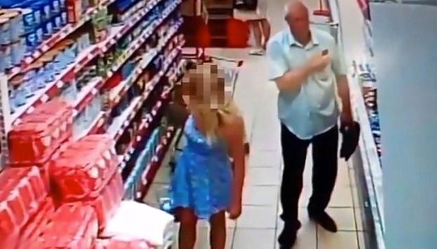 Pervertido en el supermercado: Cazado sacándole una foto a una chica por debajo del vestido