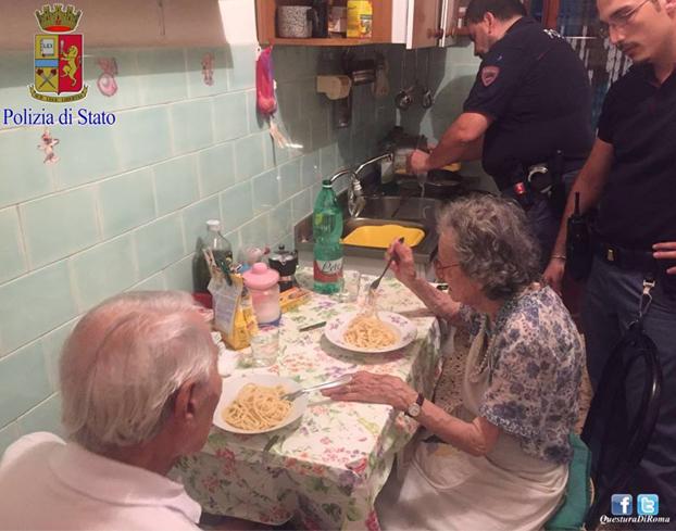 policia-hace-cena-ancianos-roma-3