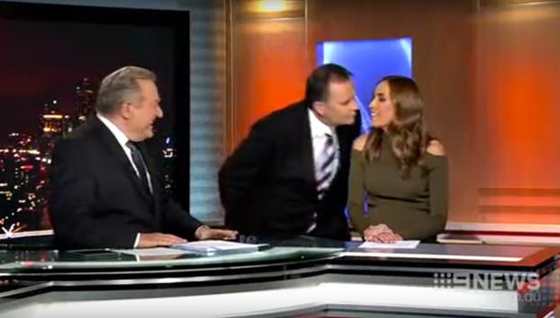 Un presentador intenta besar a la chica del tiempo y hace el ridículo