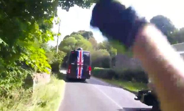 Adelantamiento peligroso del autobús del equipo de ciclismo profesional Sky Team a un ciclista (Vídeo)