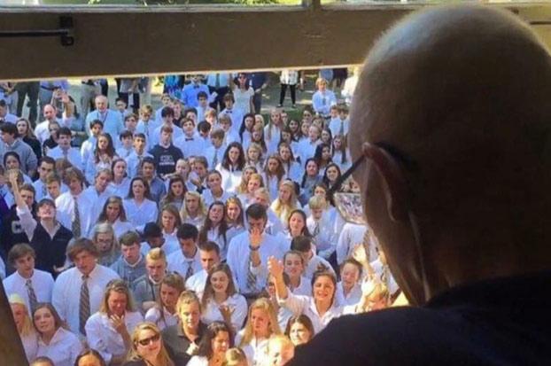400 alumnos sorprenden a su profesor enfermo de cáncer cantando bajo su ventana