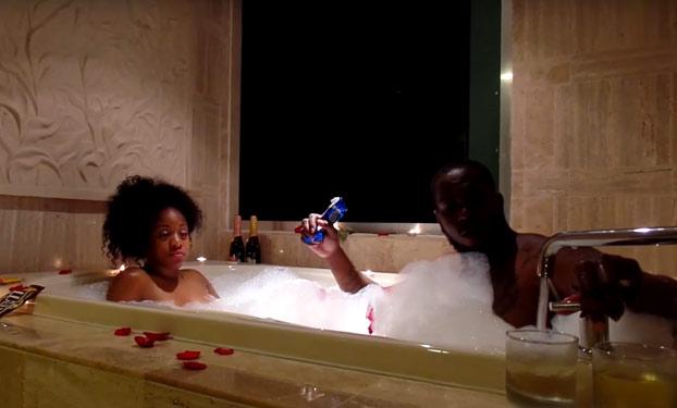 Cuando el baño romántico de una pareja acaba en desastre