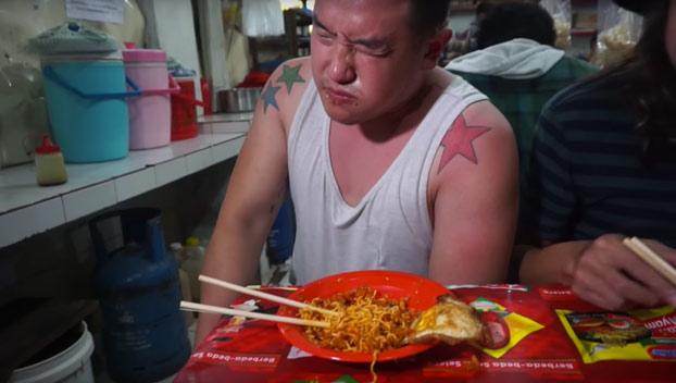 Come los fideos más picantes del mundo y se arrepiente al momento