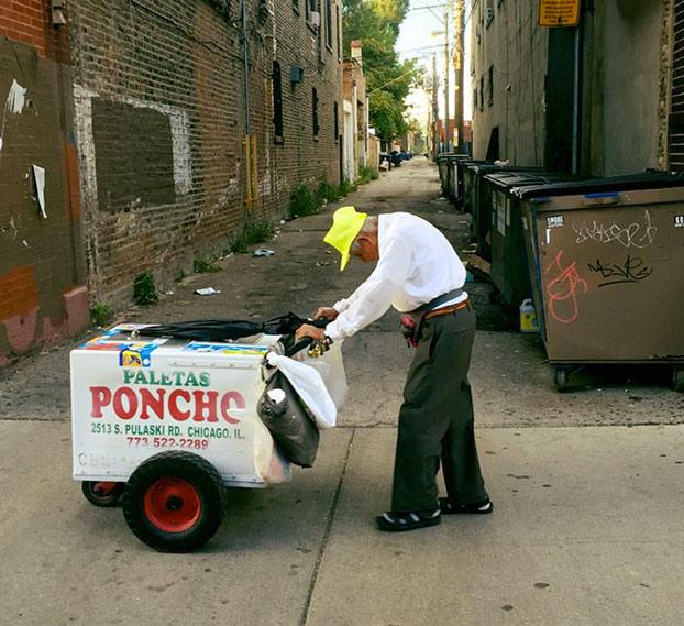 Esta desgarradora foto de un anciano de 89 años vendiendo helados consigue que Internet le done más de 300.000 dólares