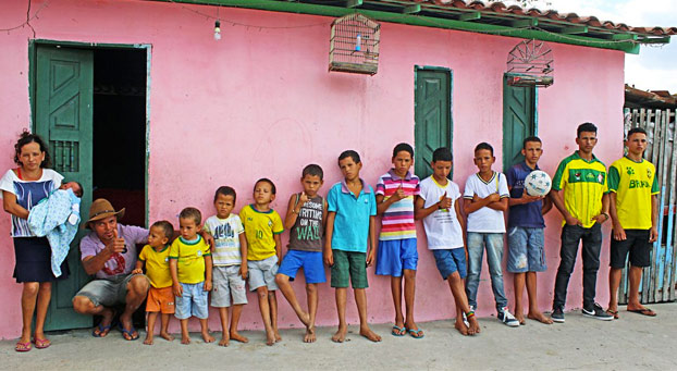Una pareja busca la niña... pero de momento llevan 13 chicos