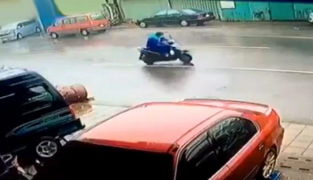 Creo que no era el mejor día para andar en moto por la calle...
