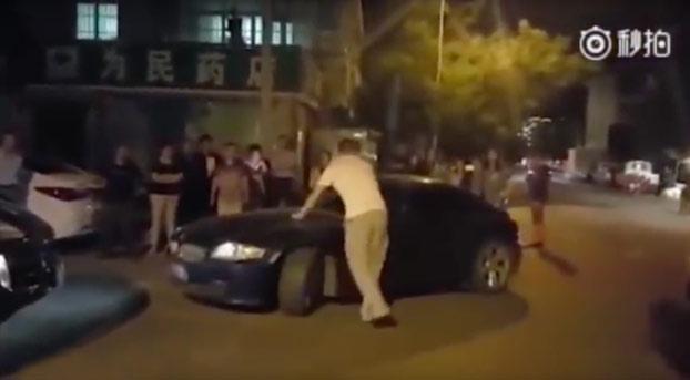 Discusión de tráfico: La mujer le acaba aplastando las piernas al hombre contra su coche