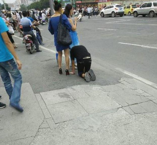 mujer-pasea-novio-correa-perro-3