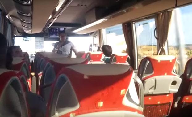 Le pide matrimonio a su novia en el autobús donde se conocieron que une Madrid y Pamplona