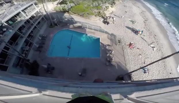 A centímetros de desnucarse contra el bordillo de la piscina