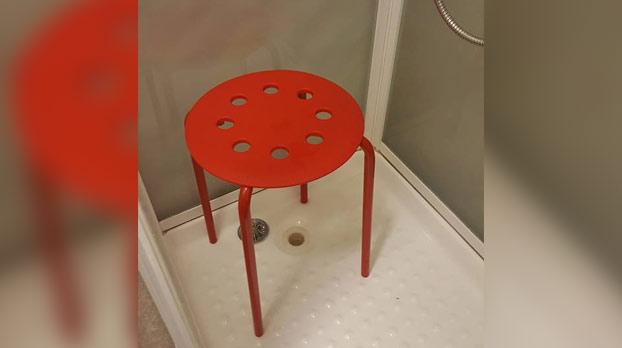 Se le queda un testículo atrapado en una silla de IKEA, comparte el incidente en Facebook y la marca le responde