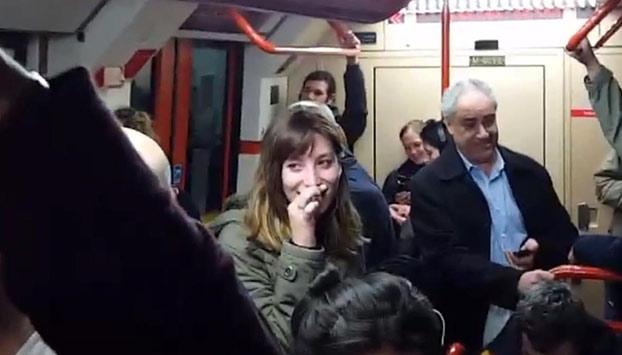 Una conductora de metro cuenta su infidelidad a todos los pasajeros al dejarse el micro abierto
