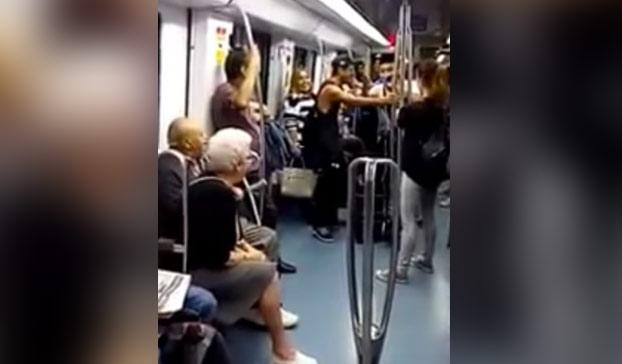 abuelos-bailando-rap-metro-barcelona