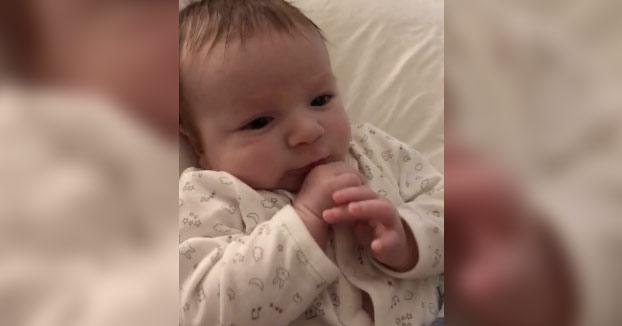 Este bebé dice ''Hola'' a su madre ¡¡con sólo dos meses de edad!!