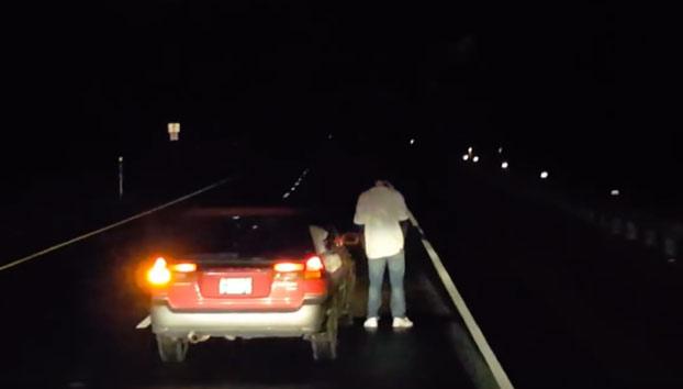 https://www.mibrujula.com/este-conductor-borracho-para-su-coche-en-mitad-de-la-carretera-para-mear/