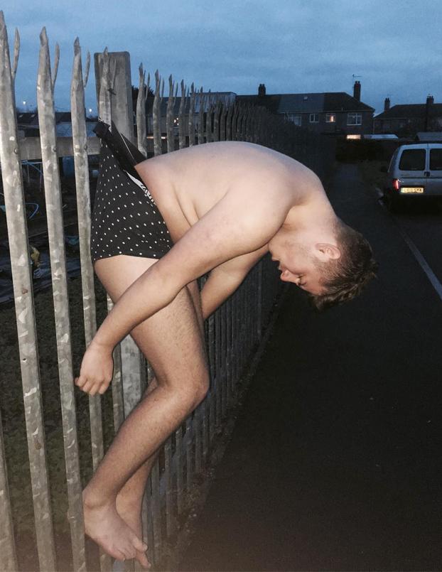 Se queda colgado en una valla por el calzoncillo todo borracho y empieza la batalla del Photoshop