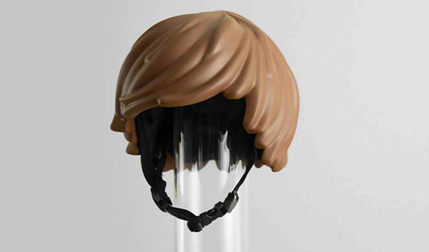 Casco de bici que parece pelo de un muñeco de LEGO. Así es como se hace