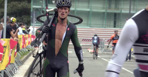 Jeremy Santucci parte en dos su bicicleta al llegar a la línea de meta