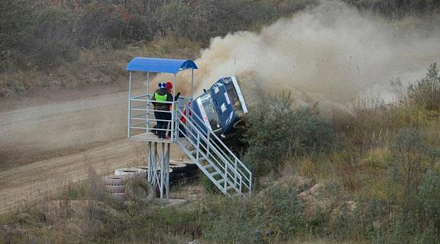 El director de carrera pierde la vida después de que un coche de rally chocase contra la torre de control