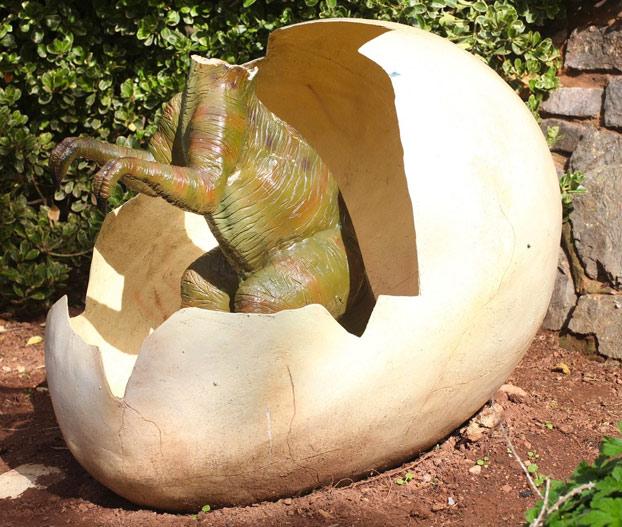 estatua-dinosaurio-bebe-parque-devon-2