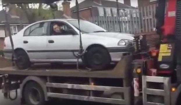 La grúa se estaba llevando su coche pero él no iba a permitir que se lo llevaran así como así...