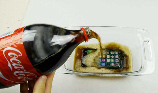 ¿Puede sobrevivir el iPhone 7 a ser congelado en Coca-Cola durante 12 horas?