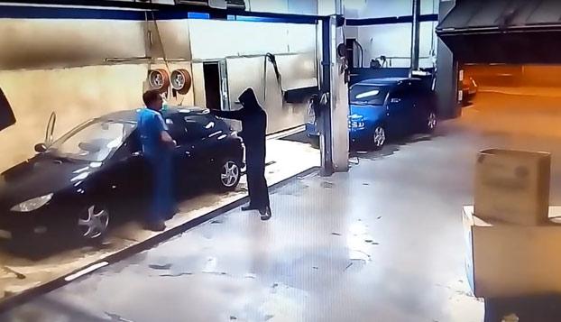 Este ladrón acaba trabajando para el jefe después de un robo frustrado