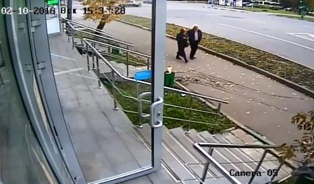Iba caminando por la calle tranquilamente con su pareja cuando de repente...