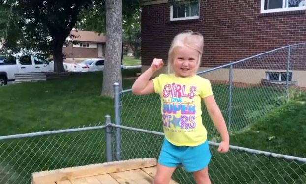 Este padre construye un circuito de Ninja Warrior para su hija de 5 años en el patio de casa