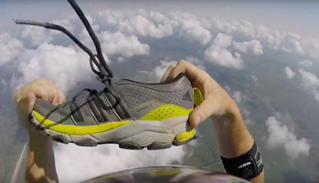 Este paracaidista pierde la zapatilla en pleno vuelo y la vuelve a recuperar antes de tomar tierra