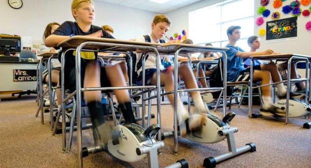 Un colegio pone pedales en los pupitres de los alumnos para que no se duerman en clase